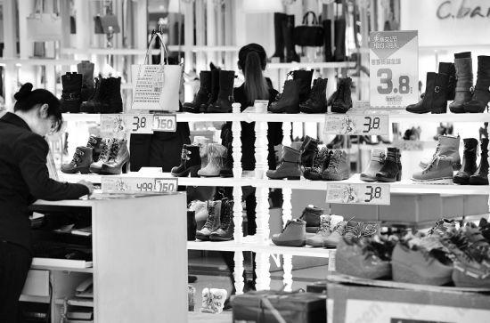 """""""三八节""""将至,线下商场也纷纷推出各种与女性用品相关的促销活动。新华社发"""