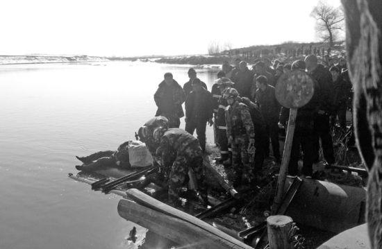 昨日下午3时,王民利的遗体被打捞出水。北国网、辽沈晚报记者李毅 摄