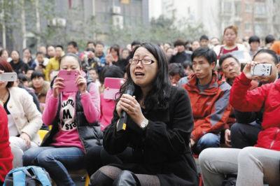 12日,在枫韵幼儿园的小操场上举行西安市有关部门与家长的沟通会。一位家长在哭诉。CFP供图