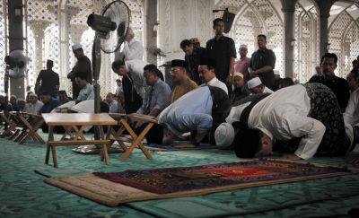 3月14日,马来西亚总理纳吉布(前排右三)在马来西亚吉隆坡国际机场附近的一处清真寺祈祷。新华社记者 何靖嘉摄