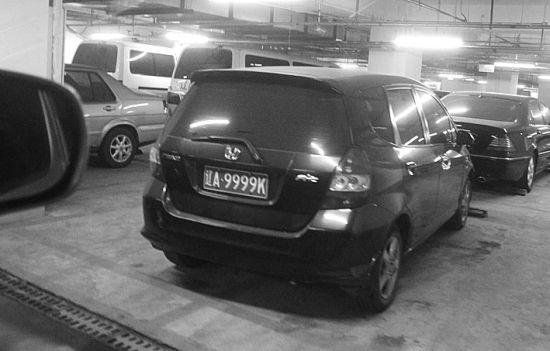 在沈阳三好街某商场地下二层车库内,多辆4连号车在这里出现。本组图片由北国网、辽沈晚报特别报道组 摄