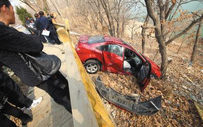 轿车在事故中受损严重。