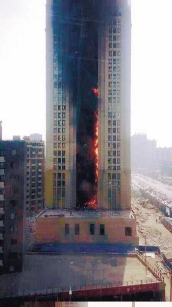 铁西一高层住宅昨日下午突发火灾,火苗从2层平台蹿至31层。
