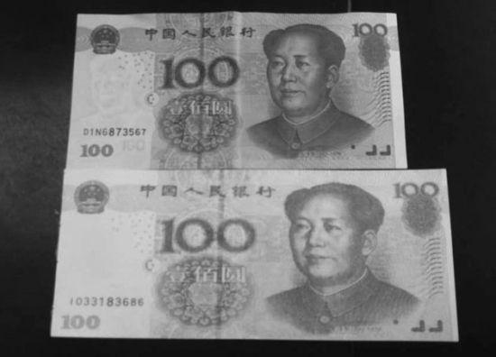 """""""土豪书签""""(下)和100元真币对比,其比真钱大了一圈。"""