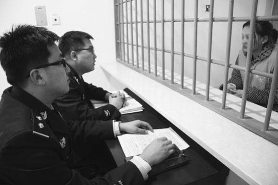 犯罪嫌疑人小玲在看守所接受警方提审。苗兵 摄