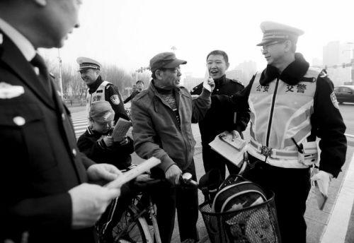 交警向市民分发交通安全宣传单。
