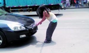 一名女子因吸毒行为失控,躺在街上拦车并拆下一辆小车的车牌。