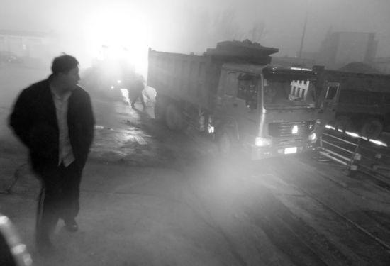 昨日凌晨4点,沈城鸭绿江北街天河道口处,一辆满载沙子的红色大货车冲进了铁路干线,造成数小时火车停运。 北国网、辽沈晚报记者 王迪 摄