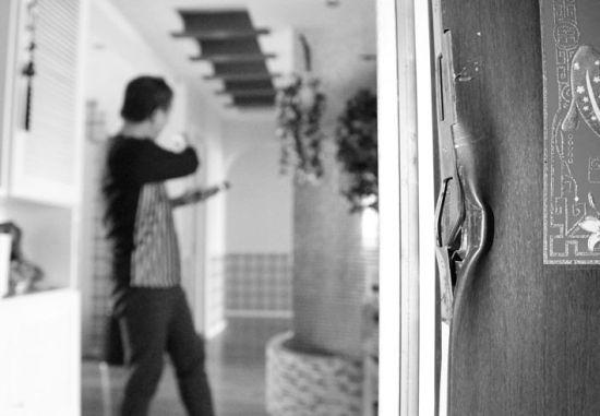 """昨日,家住沈阳市南京南街附近的一户居民告诉记者:""""头天晚上家里没人,小偷撬开房门。该小区被盗的还有三户。其中一个小偷当场被抓。"""" 北国网、辽沈晚报记者 曲值 摄"""