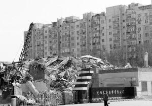 楼房坍塌引起的震动让附近居民误以为地震■华商晨报 华商响网记者 蔡敏强 摄