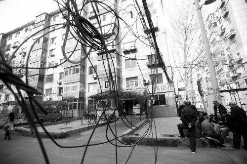 电线缠成一团。