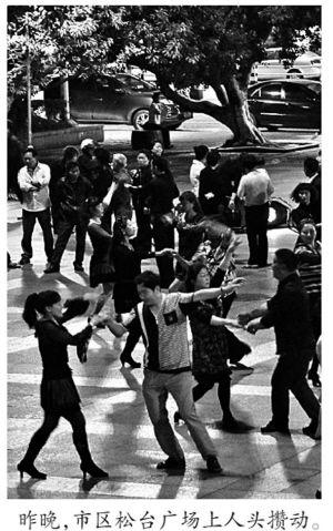 同一天,广场舞依旧热闹。