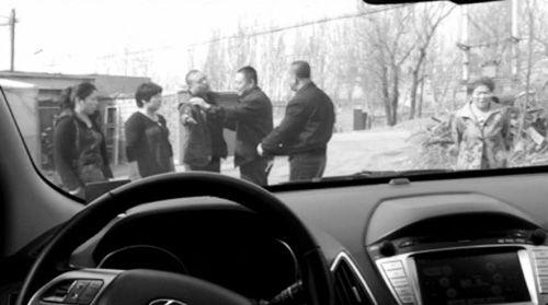 男子(右三)向记者要2000元 唐葵阳摄