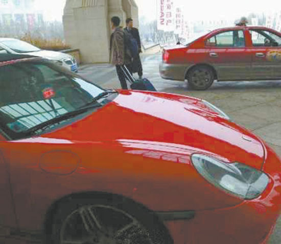 """一辆价值百万的保时捷停在一家酒店的停车场。令人""""无语""""的是车上和出租车一样亮起了一个红色的""""空车灯""""。网友供图"""