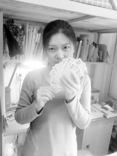 周帆展示她回家和上学时的火车票。