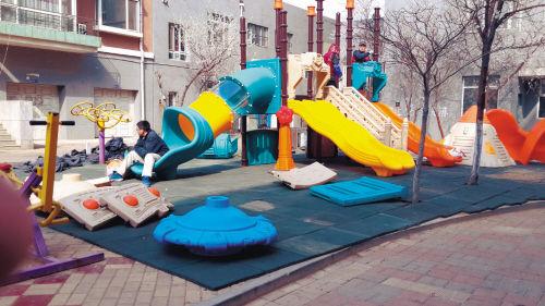 小广场变幼儿园活动场所。