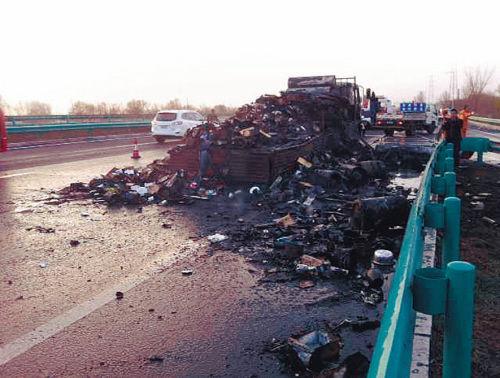 记者在车载货物中发现了易燃易爆的杀虫气雾剂,但事故是否由其引发仍有待调查。