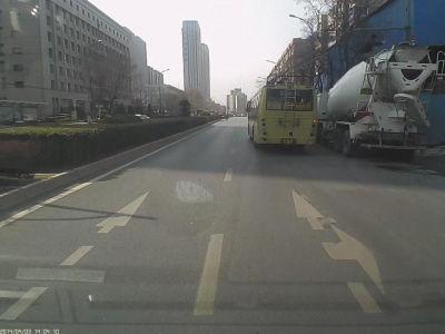 市民的行车记录仪记录下了事发过程