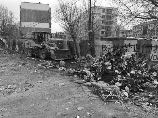 昨日上午,沈阳市沈河区团结路沈阳北站长途汽车客运站后院停车场内一处垃圾堆起火,起火后一辆铲车正在清理停车场内的垃圾