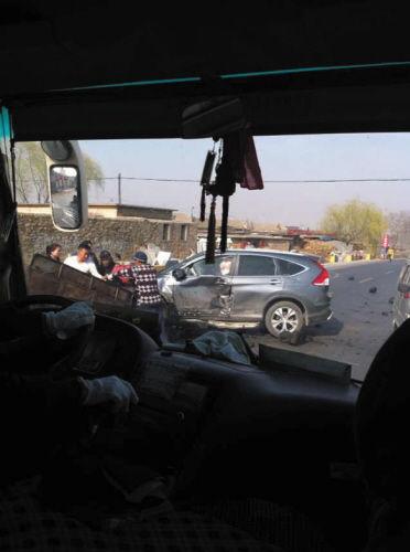 车祸发生后,周边居民参与救援