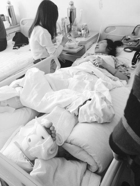小雪躺在病床上,同学在给她喂饭。摄影记者 阎昱颖