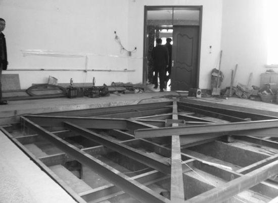 昨日,铁西区中小学综合实践学校地震逃生体验馆的可震动底座已经完成,未来将在上面布置教室、卧室等场景。北国网、辽沈晚报记者 徐月姣 摄