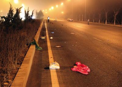 从现场看,死者至少被撞出70米,非常惨烈。   被撞落的衣服