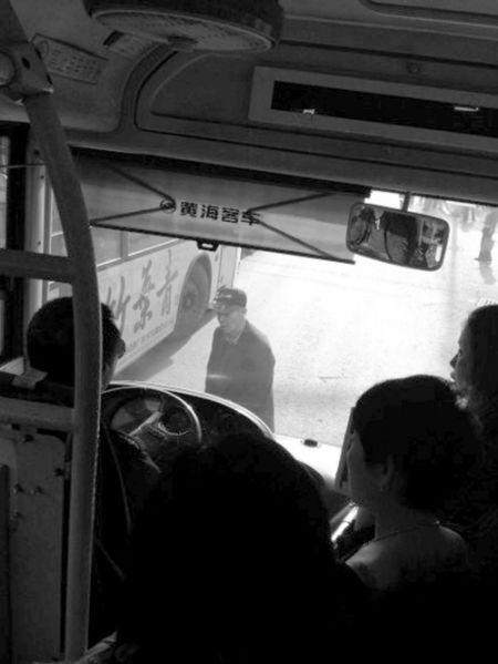 大爷逼停公交急坏一车人。