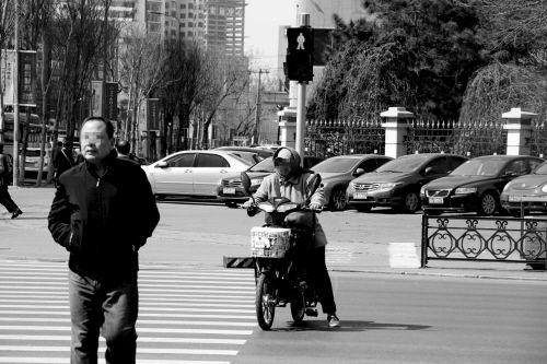 时间:4月7日 10:41 地点:青年大街   交警解说:红灯停、绿灯行的浅显道理,这两位是完全不放心上。青年大街作为沈城南北通行的重要道路,车流量大、车速较快,这样过马路绝对不是明智之举。   《交通法》规定:行人通过有交通信号灯的人行横道,不按交通信号灯指示通行的,处10元罚款。