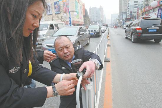 昨日下午,联合执法人员在沈城皇姑区长江街上安装了监控摄像头,为了现场取证车窗抛物做证据。北国网、辽沈晚报记者 王迪 摄