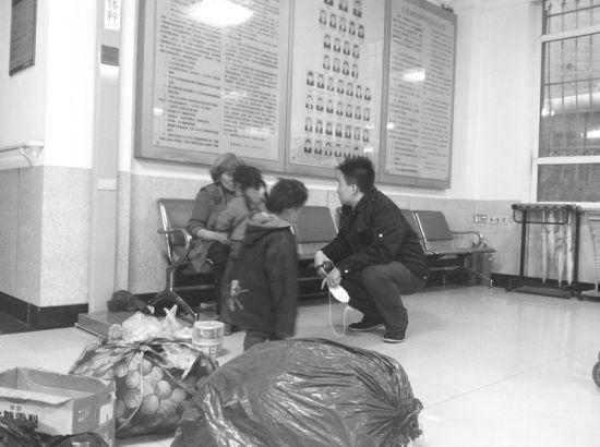 救助站工作人员耐心劝导老人返乡。半岛晨报、海力网摄影记者朴峰