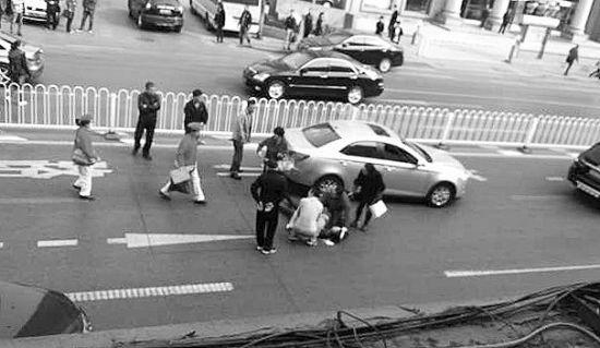 急救人员赶到现场救治伤者。半岛晨报、海力网摄影记者孙振芳