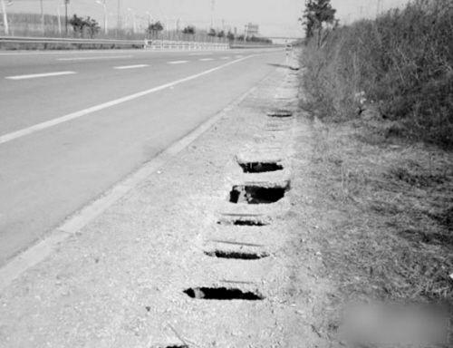 沈康高速部分路段塌陷、开裂。