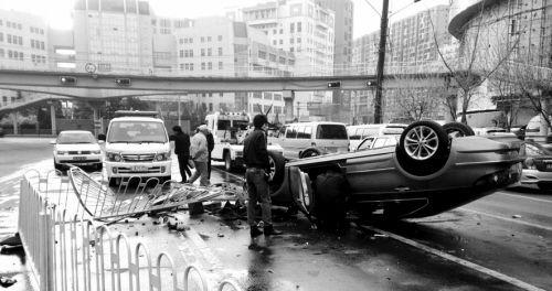 一辆小轿车以极快速度拐弯,结果车子失控撞向护栏。