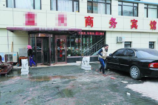 商铺的门前用砖处理出一条路径供人行走。半岛晨报、海力网摄影记者阎昱颖