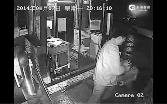 男子按着保安的头和肩将他推倒在地。