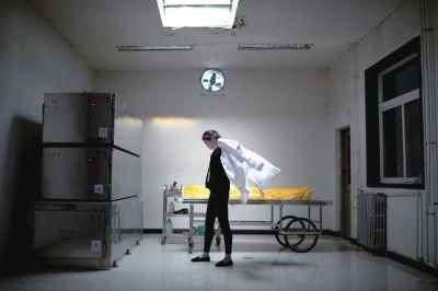 小鹤换上白大褂准备为逝者化妆。本版图片京华时报记者潘之望摄