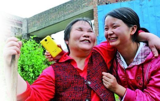 妈妈最喜欢听蒋大为的歌曲,唐洪就用手机放给妈妈听。