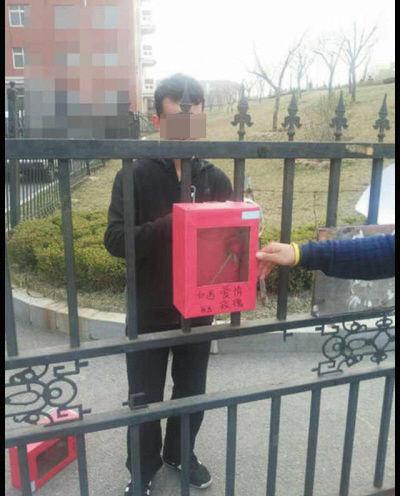 这些红色的小箱子在校园内十分醒目, 箱子内都会放上一朵红色玫瑰花。青梅大工提供