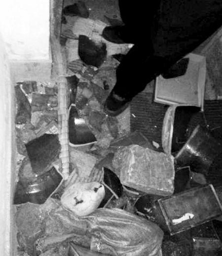 楼道里堆着被砸碎的物品 。