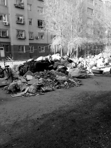 楼下的空地上堆满了收来的废品。