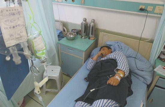 李成家喉部穿透伤,卧床不起。