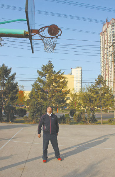 昨日早5时,71岁的佟奶奶如期来到球场投篮。低调的老人坚持说想过无声无息地生活。北国网、辽沈晚报记者 杨帆 摄