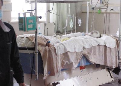 45岁的潘桂波全身裹满药膏躺在重症监护室里。