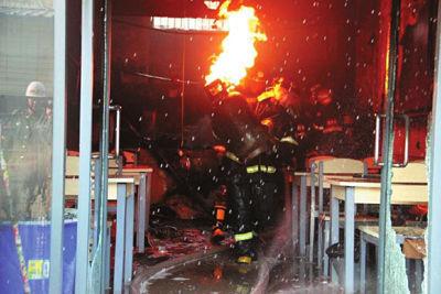 皇甫江武在起火现场抱起起火的液化气罐往屋外疾走