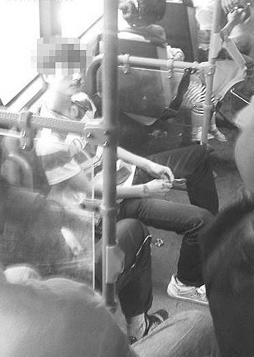 杭州小伙因没给抱孩子的年轻夫妇让座被搧5个耳光。