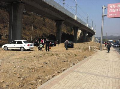 虽然不正规,但由于路上实在太堵,仍有不少车主选择在这里停车。