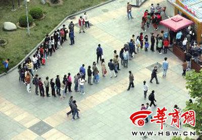 昨日下午6时,北京五道口,排队买肉夹馍的顾客在广场绕了个圈。