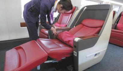座椅宽大,且可以电动调节成坐、仰、平躺多种模式 本组图片 本报记者 白石 摄