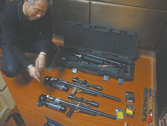 警方在王某家中查获的枪支和子弹。警方供图